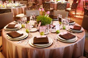 raznoe+restoran+stol+stulya+servirovka+tcveti+tarelki+stolovie+pribori+salfetki++35134831295